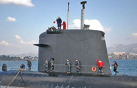 Sail of the French nuclear submarine Casabianca; note the diving planes, camouflaged masts, periscope, electronic warfare masts, hatch, and deadlight. Kiosk Casabianca.jpg