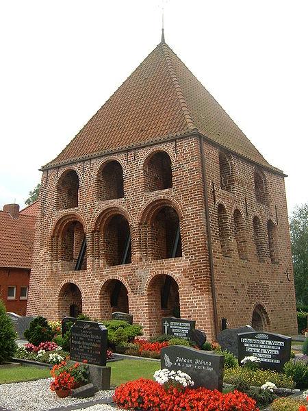 File:Kirchturm Midlum.jpg
