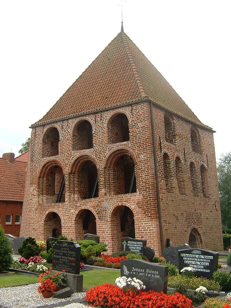 800px-Kirchturm_Midlum.jpg