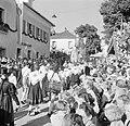 Klederdrachtgroep in de optocht bij de oogstfeesten, Bestanddeelnr 254-1892.jpg