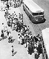 Kolejki do autobusów Warszawa lata 60..jpg