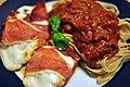Kyllingebryst med basilikum, mozzarella og parmaskinke med fettucine og tomatsauce (6851150468).jpg