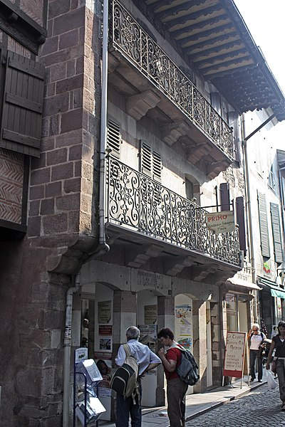 The patricians houses show the expansion of the city: this house,in style of Navarre, was built outside the walls in 1789