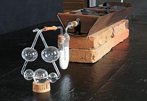 Foto der Originalapparatur zur Elementaranalyse aus dem Liebig-Museum Gießen