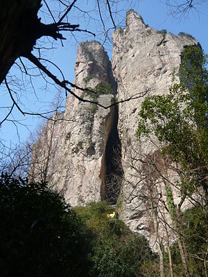 Yandang Mountains - Lingfeng Peak. The big crack is the Guanyin Cave, with the lower gate of the Guanyin Temple just visible.