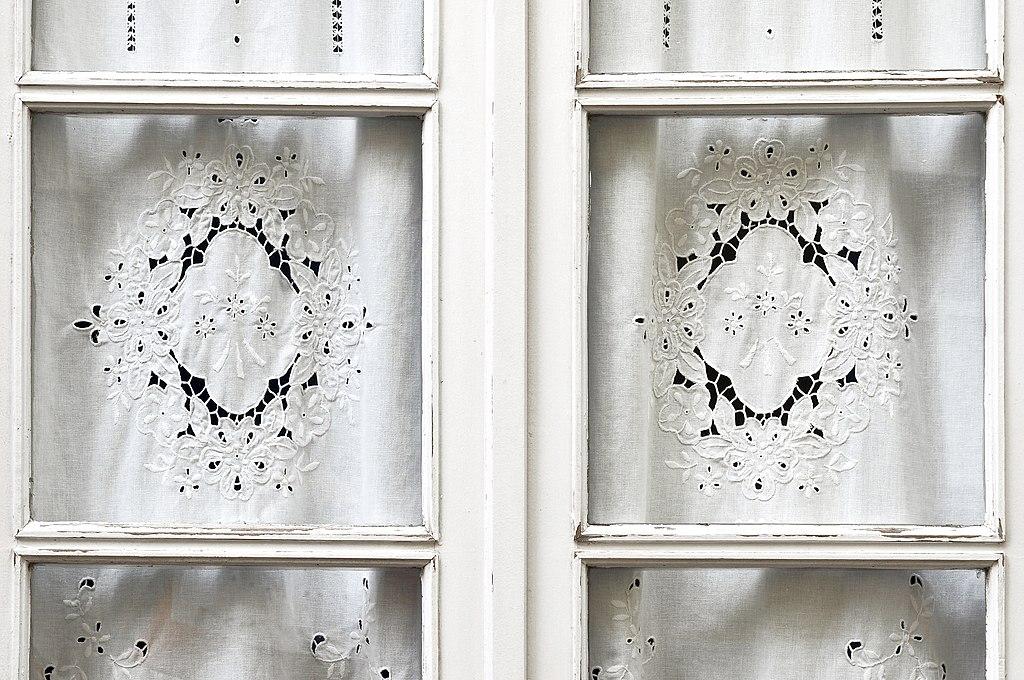 Fenêtres et dentelles à Lisbonne - Photo de LBM1948