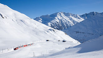 Matterhorn Gotthard Bahn - Image: MGB H Ge 4 4 II mit Glacier Express kurz vor Oberalp Passhöhe