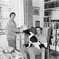 Marit og Jens Bolling med hund og katt (1958).jpg