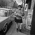 Meisje met stokbroden en boodschappen, Bestanddeelnr 254-0411.jpg
