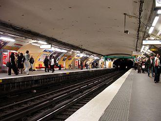 Charles de Gaulle–Étoile - Image: Metro Paris Ligne 1 station Etoile 01