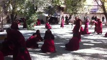 Archivo:Monks debating at Sera monastery, 2013.webm