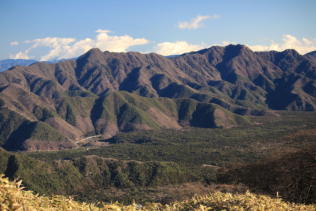 Aokigahara : la forêt de la mort 1024px-Mount_O_and_Mount_Oni_from_Mount_Ryu