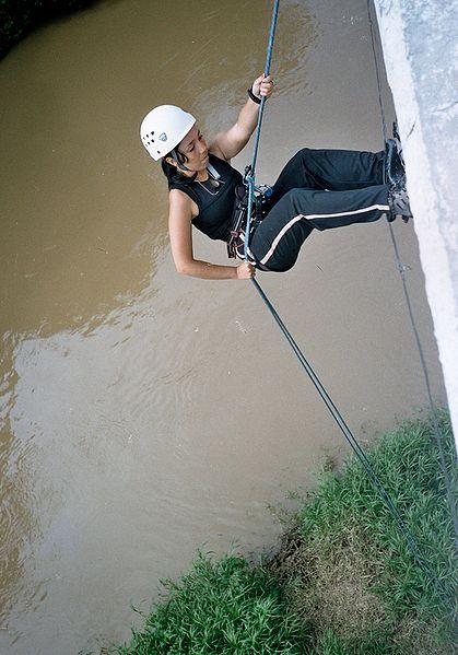 Ficheiro:Muchacha descendiendo por cuerda.jpg