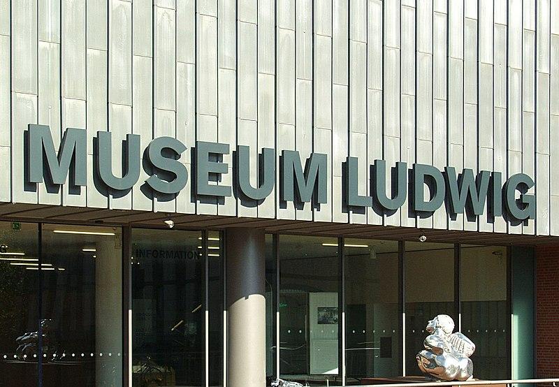 Museum Ludwig K%C3%B6ln - S%C3%BCdeingang - Schriftzug.jpg