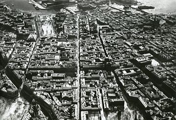 Den sydlige del af Norrmalm i 1930'erne.   Venstre billede er taget fra et punkt højt over Johannes kirke med blik sydpå.   Den direkte gade, som leder ned mod Gustav Adolfs torv er Regeringsgatan.   I billedcentrum ses Kongetårnene og længst bort til til venstre ses Kongehaven.   Højre billede er taget fra et punkt højt over den Gamle by med blik nordpå.   Den direkte gade i billedcentrum er Drottninggatan, en gang en af byens hovedruter nordpå.   I forgrunden ses (fra venstre) Vasabron, Riksdagshuset, Gustav Adolfs torv og Operaen.