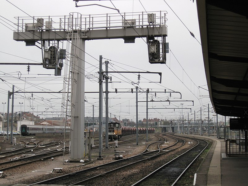Les voies en direction de Montargis, gare de Nevers, Nièvre, France