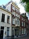 foto van Pand met gepleisterde lijstgevel, ramen met ronde hoeken 'vanouds in den engelenzang', mogelijk ouder huis aanwezig
