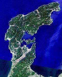 能登半島のランドサット衛星写真。スペースシャトル標高データ使用。