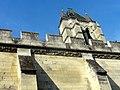 Noyon (60), cathédrale Notre-Dame, mur nord-est du cloître et clocher au nord de la façade 2.jpg