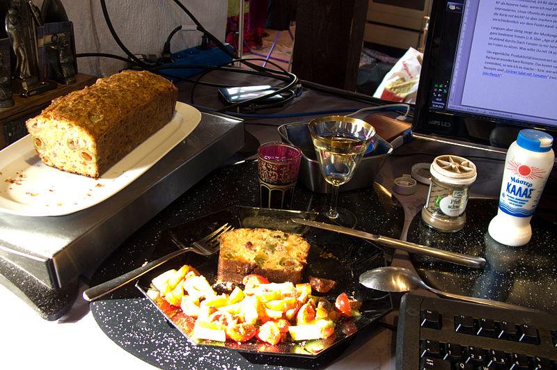 File:Olivenkuchen + Wein und Computer.jpg