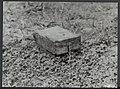 Opruimen van landmijnen bij Hoek van Holland. Een houten mijn die niet door meta, Bestanddeelnr 120-1027.jpg