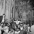 Paasviering. Gelovigen onder de steigers bij de ingang van de Heilige Graf kerk, Bestanddeelnr 255-5246.jpg