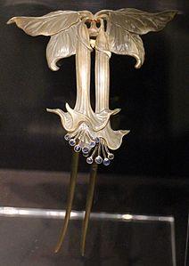 Paul follot, pettine con aquilegie, 1904-09 ca, corno, oro, smalti, acquamarine
