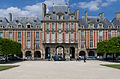 Pavillon de la reine, place des Vosges, Paris 11 June 2015.jpg