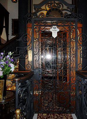 English: Elevator door of the Pera Palace Hote...