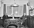 Persconferentie in nieuw bejaardencentrum in Tuinstad Slotermeer, gezellig thee , Bestanddeelnr 917-1351.jpg
