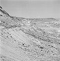 Personenwagen op de weg naar Eilat en het omliggende landschap, Bestanddeelnr 255-3350.jpg