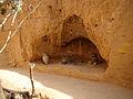 Petite grotte à une pièce creusée dans la montagne.jpg