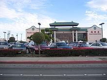 Grand bâtiment aux arcs de style pagode