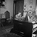 Prins Bernhard achter zijn bureau in zijn werkkamer, Bestanddeelnr 255-7764.jpg