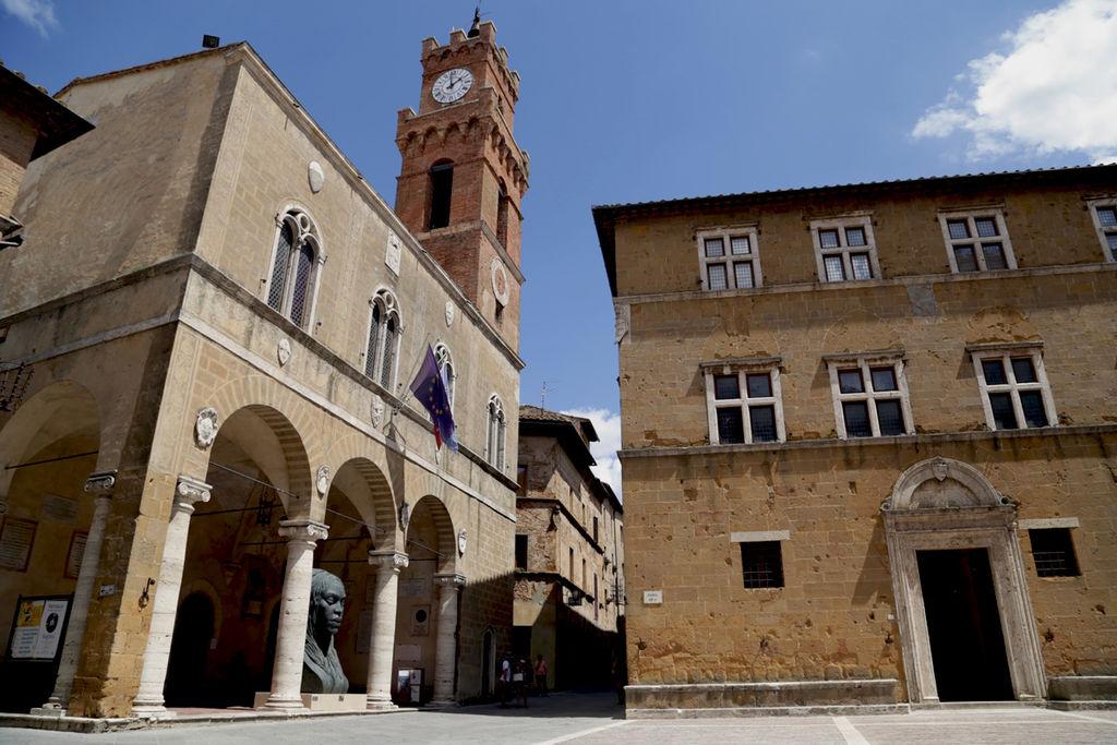 Piazza Pio II: Palazzo Comunale e Palazzo Vescovile, Pienza