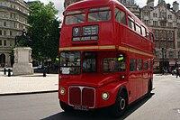 حافلة حمراء ذات طابقين وشبابيك على كل جنب.