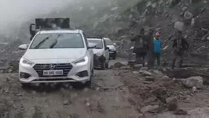 File:Road to Rohtang pass on the Manali-Leh Highway, 1 stabilized.webm