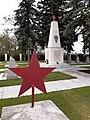 Roter Sowjetstern auf Gräbern des Soldatenfriedhofs in Laa an der Thaya, Österreich.jpg