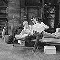Rudi Carrell TV-show, Rudi en Jenny Arean met kijkdoos, Bestanddeelnr 919-0482.jpg