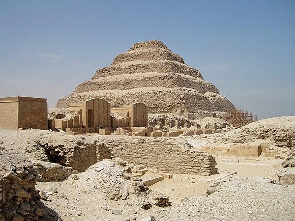 Piramida Schodkowa Dżesera w Sakkarze. Fot. Wikimedia Commons, autor: Olaf Tausch, lic. CC BY-SA 3.0.