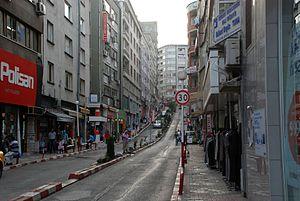 Nach Westen ansteigende Straße der Innenstadt
