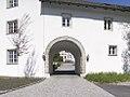 Schlosshofen Außenansicht 2017 Torbogen Raitenauerhaus.jpg