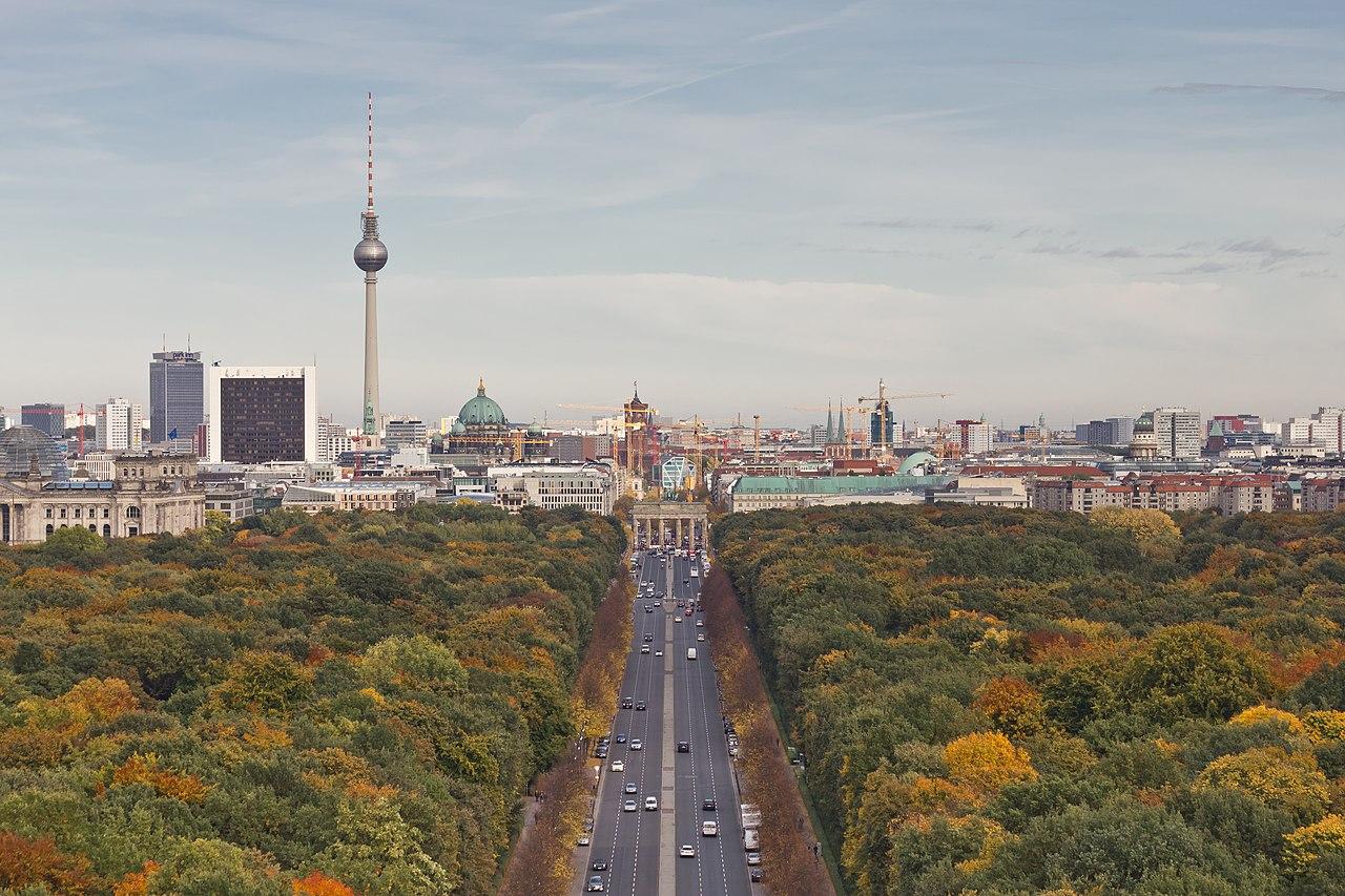 On voit la Fernsehturm où que l'on soit à Berlin. Ici depuisdepuis la Siegessäule (« colonne de la victoire ») dans le parc du Tiergarten avec la Porte de Brandebourg en face. Photo de A.Savin