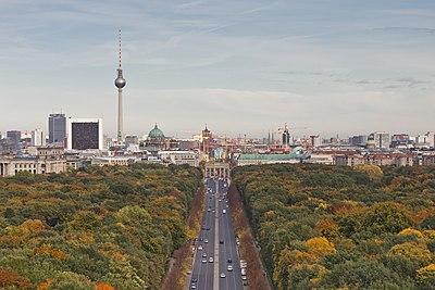 Die oostelike middestad van Berlyn met die Televisietoring van Berlyn, die Berlynse Domkerk en die Brandenburgse Poort, soos gesien vanaf die Siegessäule.