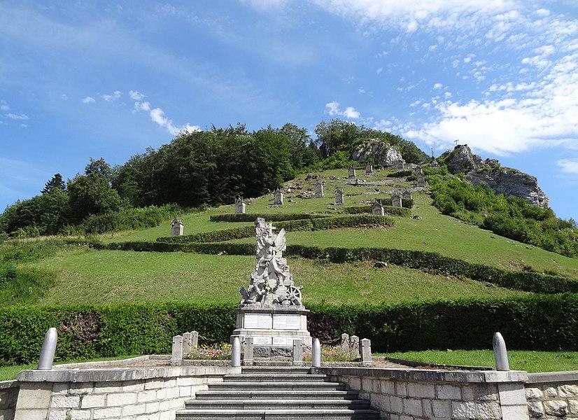 Sombacour (Doubs) - Mont-calvaire - vue générale avec le monument aux morts