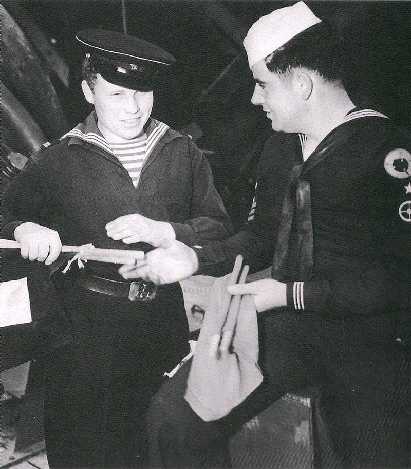 Sinaleiros da Marinha Soviética e Estadunidense trocando lembranças