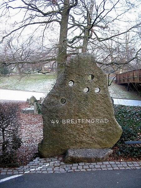File:Stadtgarten Karlsruhe, Markierung des 49. Breitengrads - geo.hlipp.de - 2761.jpg