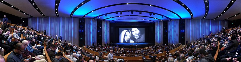 Panorama van het Auditorium in het Steve Jobs Theater op Apple Park in Cupertino, Californië.