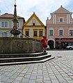 Třeboň, Masarykovo náměstí 103, 104, 105 a kašna.jpg