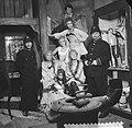 Televisiestuk Drie stuivers opera , groep lichtekooien bewaakt door agenten, Bestanddeelnr 911-7336.jpg
